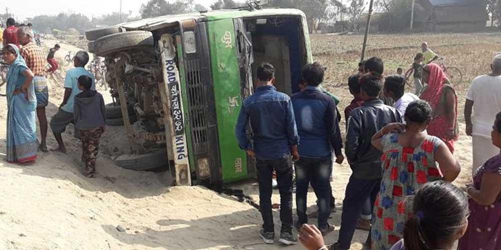 दुर्घटनामा परेको यात्रुबहाक बस हेर्न भेला भएका स्थानीय।